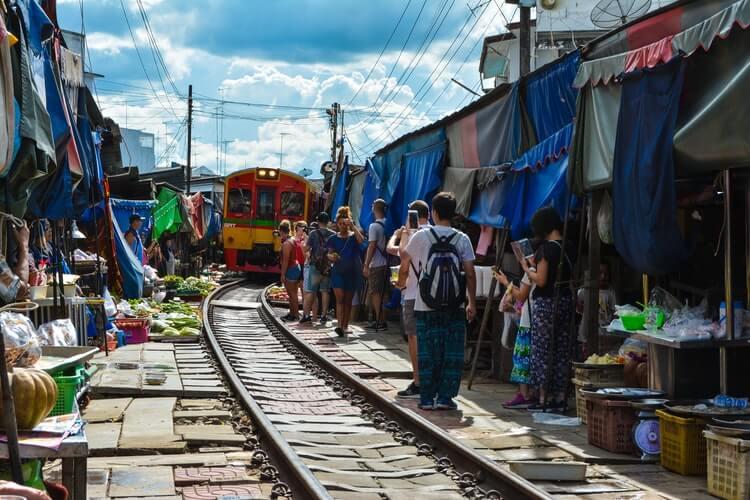 bangkok-mercati-da-non-perdere-mercato-treno-mercato-galleggiante